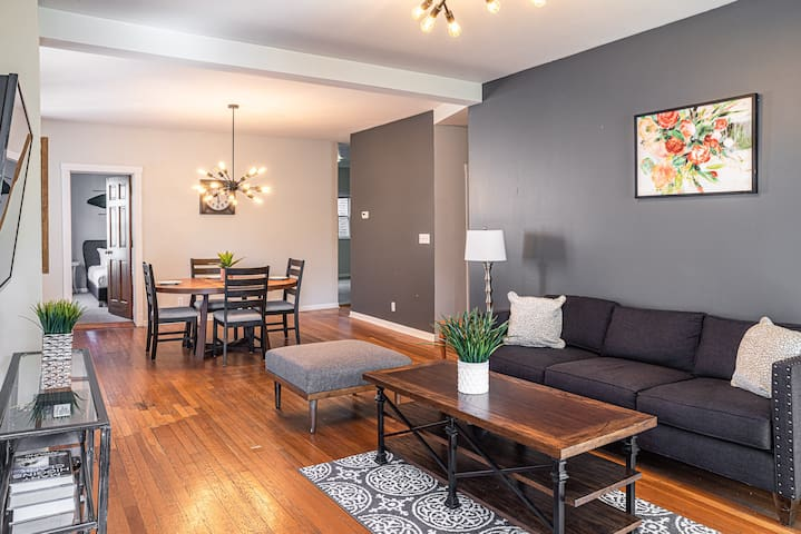 A Spacious 4BR Apt - Close to DePaul and Transit!