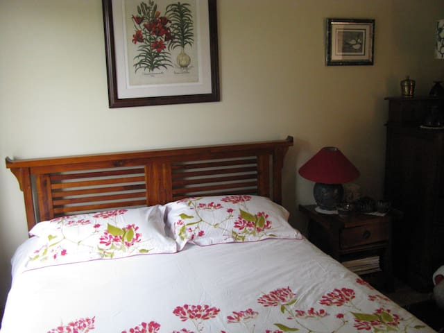 King bed with ensuite bathroom in Galway city - Galway - Szeregowiec