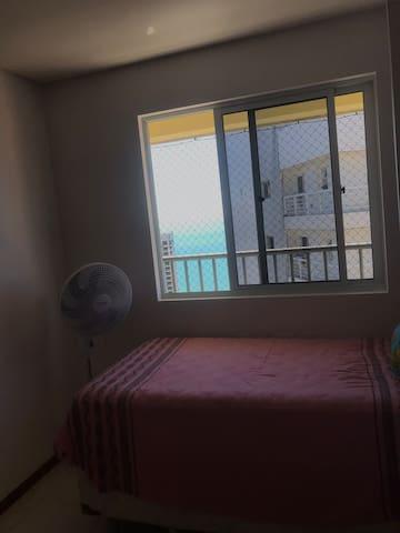 Sua a janela tem uma pintura azul da cor do mar!