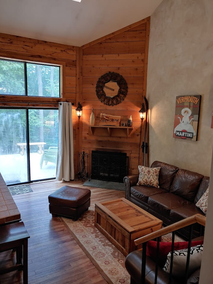 Spacious 3 bedroom w/loft/walk to ski/large deck