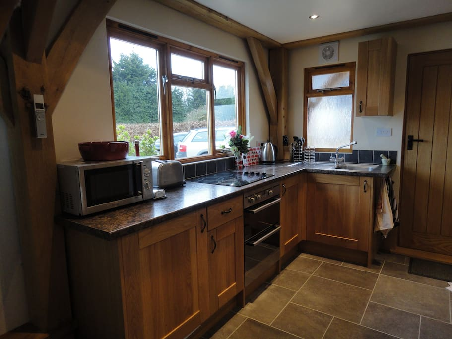 Fully equipped kitchen with fridge, cooker, microwave and access to washingmachine