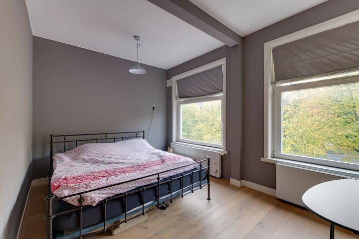Nice bedroom with kingsize bed and shared bathroom