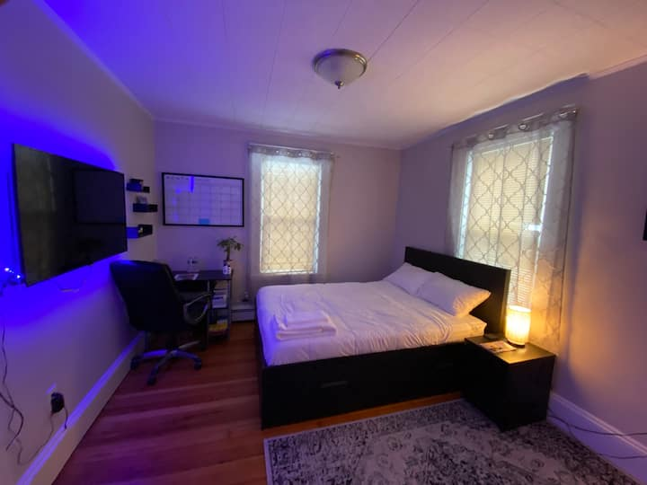 Large sunny room/Queen bed