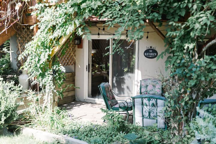 The Bluff Burrow: Charming Suite Walkable to Pearl
