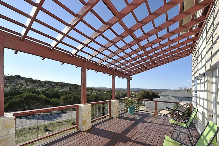 Get Away from it All & Bring the Family! 3 Miles to Lake Travis, Game Room, Master w/King & Balcony