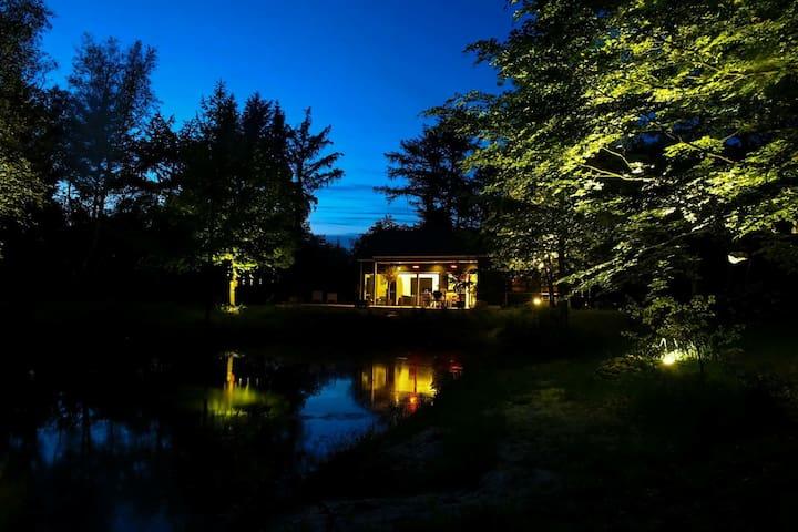 Perle i smukke omgivelser ved sø og skov
