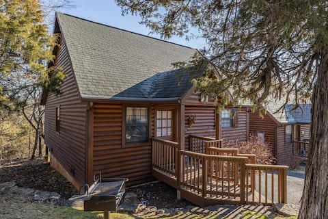 """""""The Constitution"""" Luxury cabin at Branson Woods"""