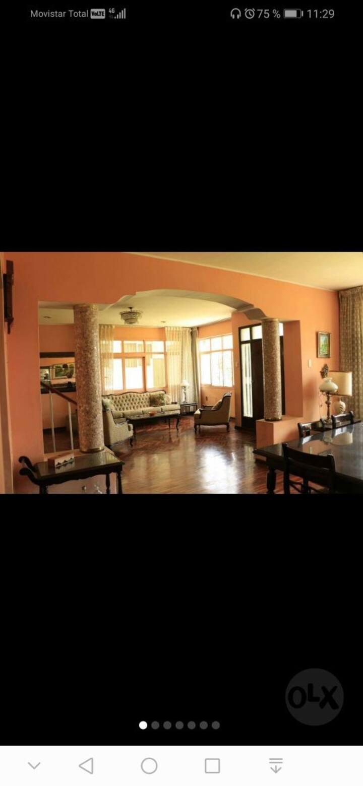 Amplia habitación con acceso a sala y cocina.