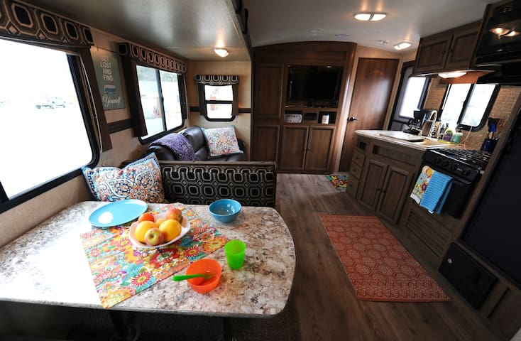 Spacious Family Camper with lake & mountain views - Bridgeport