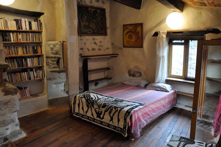 Chambre mansardée dans maison d'artiste