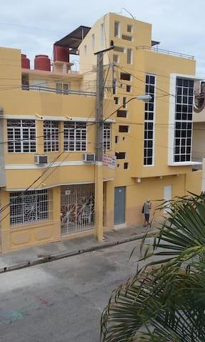 Arturo&Esmeralda Hostal-Suite muy cerca de ti.H-5 - Bayamo - บ้าน