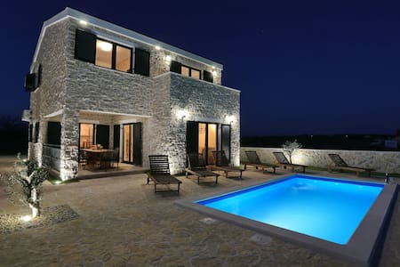 Villa Evia( heated pool & free bikes)