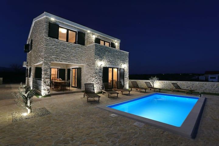 Villa Evia( heated pool & free bikes)