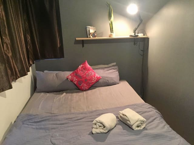 Funky Triple bedroom with A/C & wifi in Asok