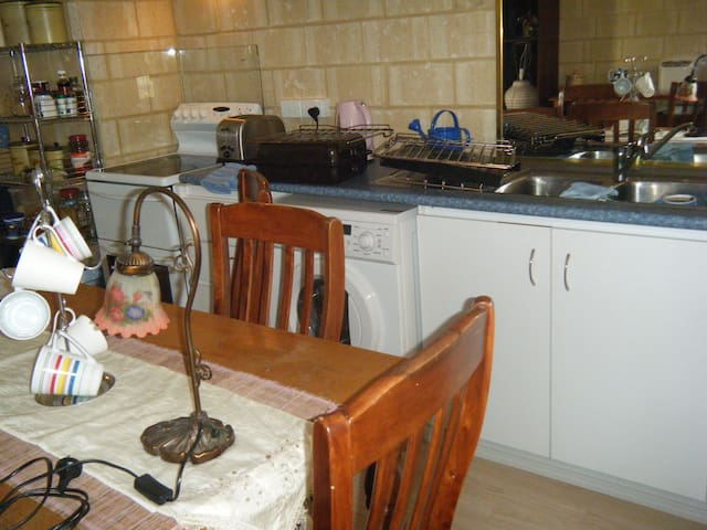 BEDSITTER WITH KITCHENETTE - Kwinana Town Centre - House
