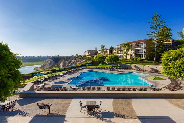 Gorgeous Studio with Pool view in Newport Beach