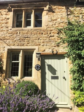 Picturesque: c17th Cottage in Kingham, Cotswolds