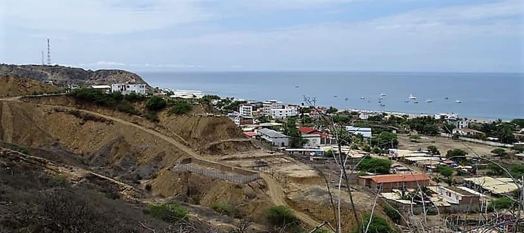Estamos ubicados en el cerrito (parte izquierda superior), desde donde se tiene una vista completa de todo el balneario de Punta Sal