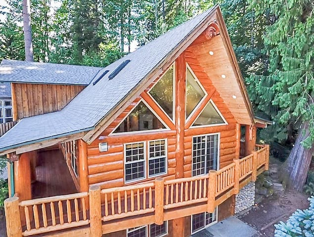 Gateway to Mt Hood Log House with private rooms