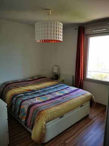 Chambre 1 spacieuse et lit queen size