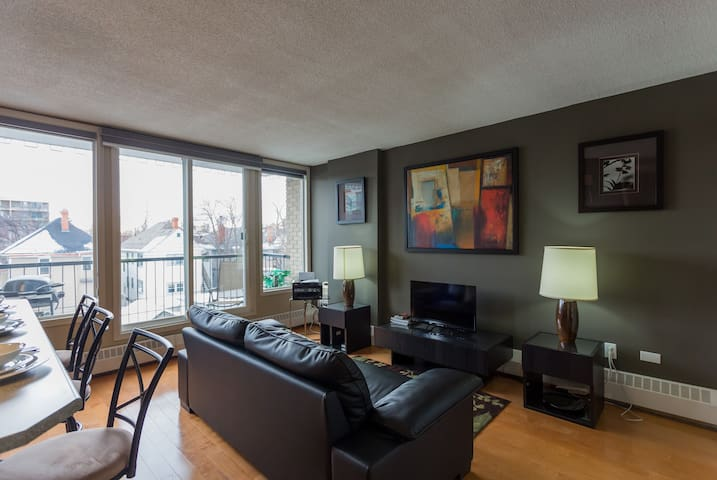Sunny Downtown Apartment + Free Parking + Laundry