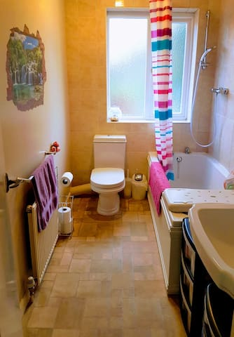 A bright & clean family bathroom, with a lovely powerful shower & bath.