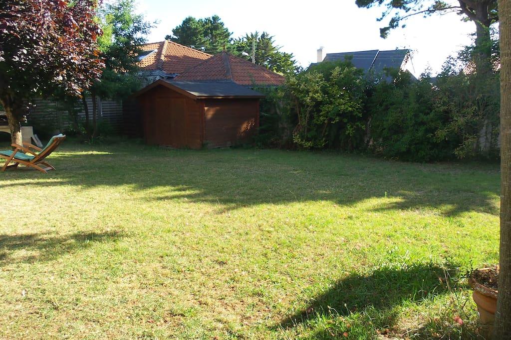 Grand espace de jardin devant la maison