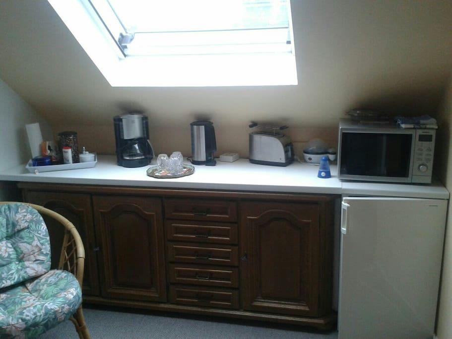 Mikrowelle, Kühlschrank,  Kaffeemaschine,  Toaster,  Wasserkocher u Geschirrschrank