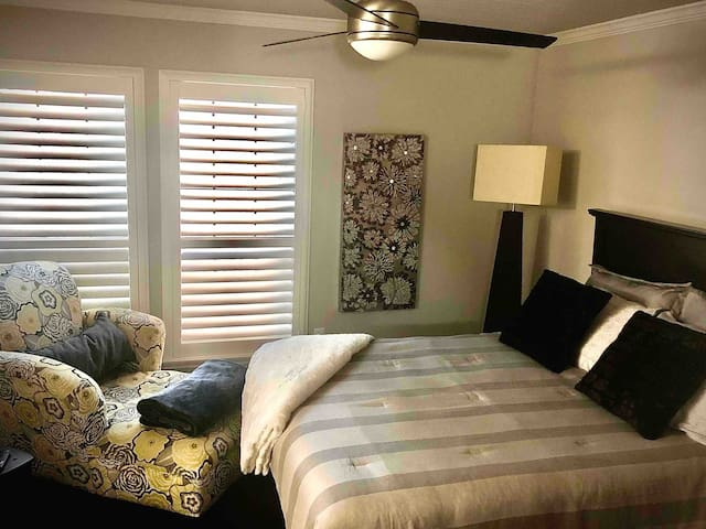Cozy Bedroom & Private Bathroom near  Addison