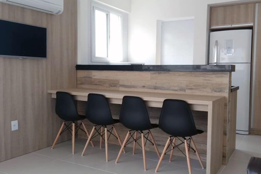 Mesa para refeições, prática, de frente para o balcão da cozinha