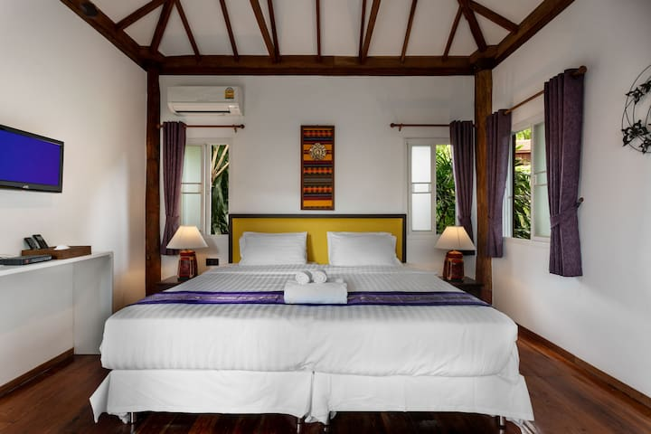 Twin/double bedroom with garden view