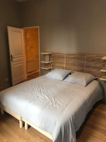 Chambre  Excellente literie 160cm Très lumineux, au calme.