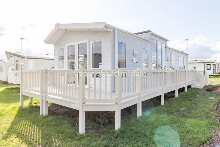 6 berth luxury lodge for hire in Norfolk by a stunning Norfolk beach ref 50003F