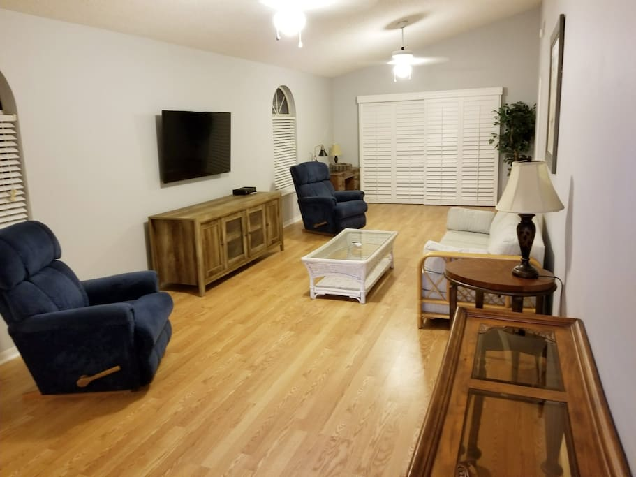 Living room with flat screen tv with cable.
