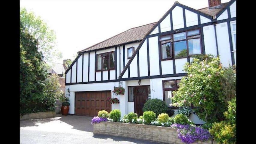 Hermosa casa Tudor con habitación doble