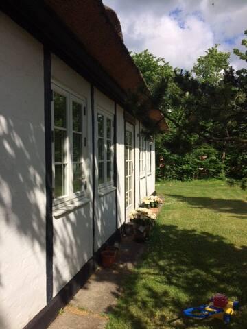 Stråtækt villa og anneks ledig fra 01.07-15.07.17 - Tisvildeleje - Villa