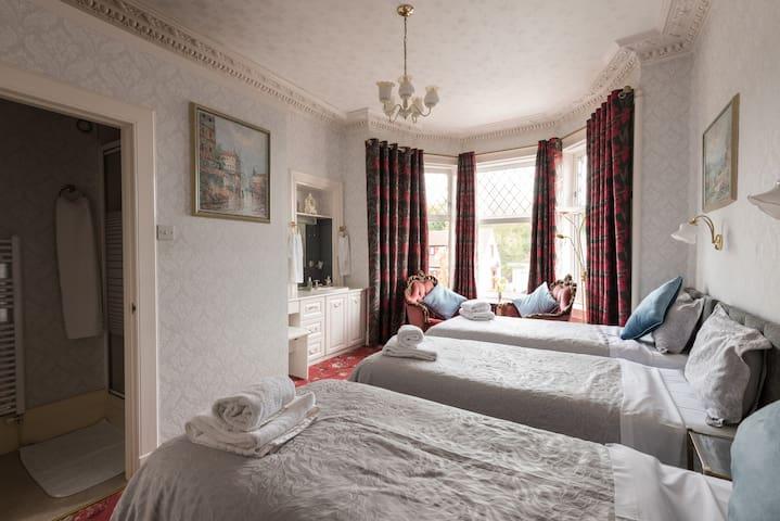 Large triple bedroom in perth 5
