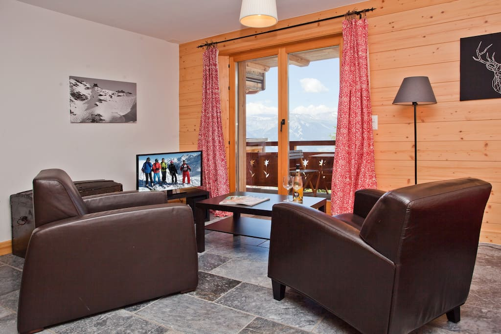 Spacious living with fabulous views, international TV channels and wifi