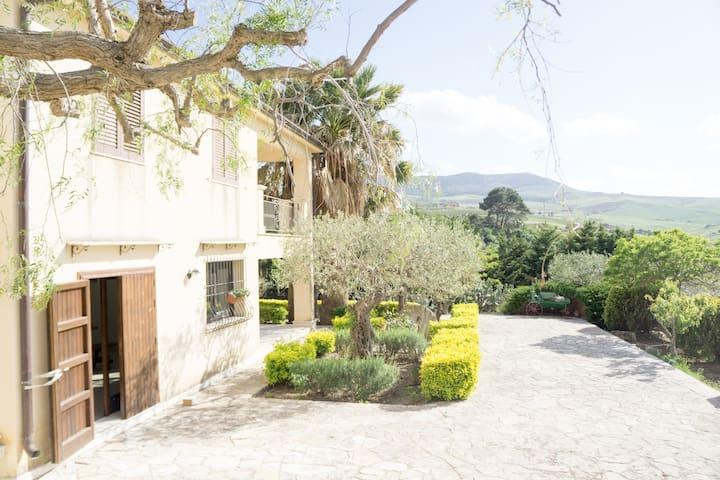 Veranda su giardino mediterraneo