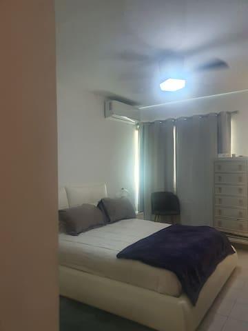 El departamento cuenta con una recamara con baño completo, tiene una cama matrimonial y mini split.