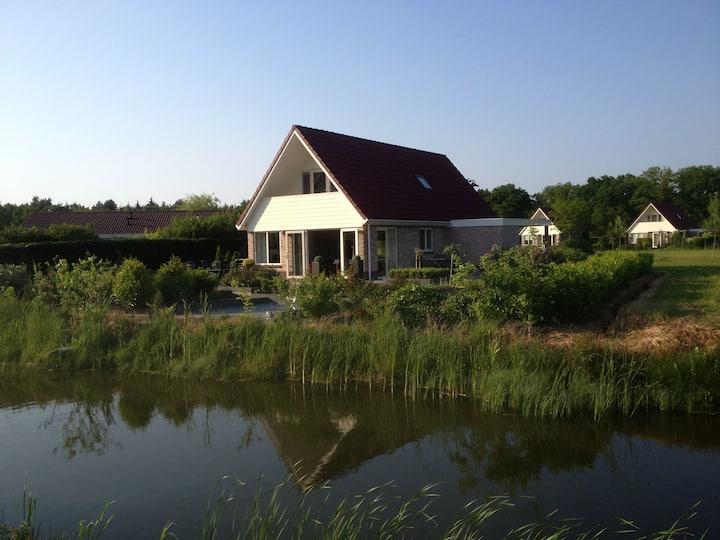 Moderne luxe villa direkt aan water Havelte 1