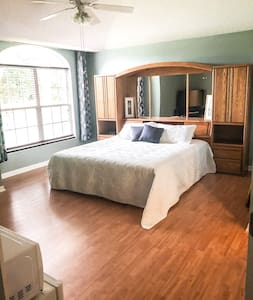 Spacious Master Suite with King Size Bed !
