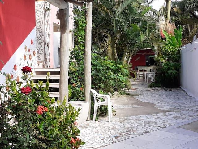 Camas de solteiro em hostel próximo ao mar