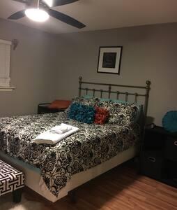 Large comfy room w/private bath/gatedcommunity - Dallas