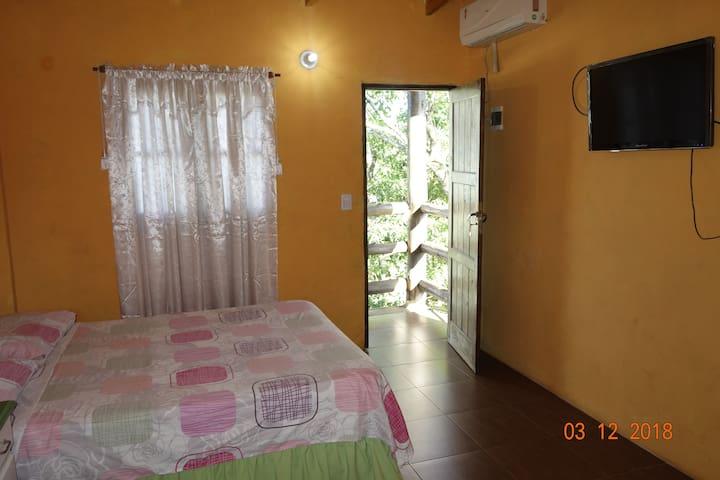 Departamento  con cama matrimonial y cama litera,are acondicionado,calefacción,wifi,heladera,baño privado,ropa de cama y baño.