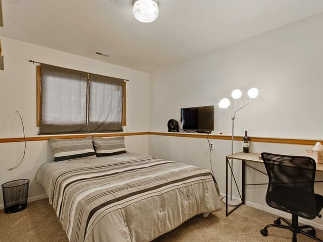 Private Room W/Mini Fridge, Gym Near I25 & RMNP