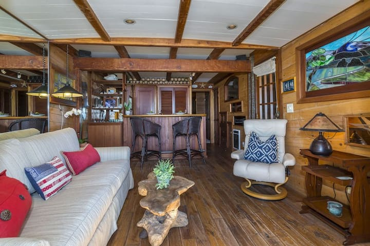 Living room and kitchen at The Boathouse