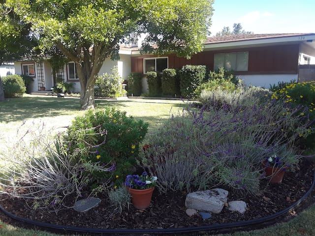 COVINA CANYON HOME-Private Guest Suite for 3-7