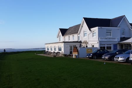 A Cosy Double Room with Great View - Barton on Sea - Bed & Breakfast