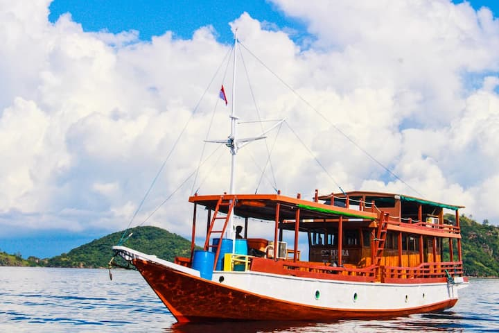 Cruising Komodo - Private Traditional Boat AC